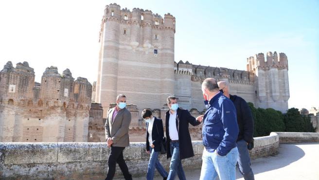 El secretario general del PSOE de Castilla y León, Luis Tudanca, en el centro, durante su visita a Coca (Segovia).