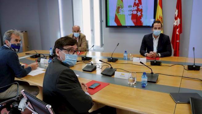 El ministro de Sanidad, Salvador Illa, el director del Centro de Coordinación de Alertas y Emergencias Sanitarias (CCAES), Fernando Simón, y el vicepresidente de la Comunidad de Madrid, Ignacio Aguado, durante la reunión del Grupo COVID-19.