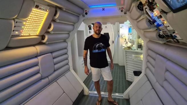 Luis Escribano, conocido como Luis Nostromo, en la recreación de la nave de Alien que él mismo ha construido.