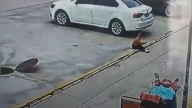 Momento en el que un niño aterriza en el suelo tras salir despedido por la explosión de un petardo.