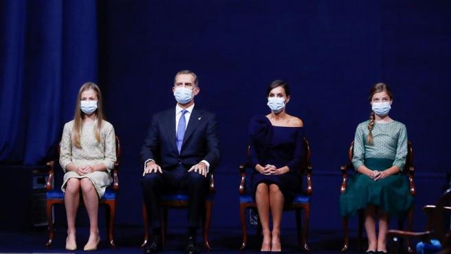 Los reyes Felipe VI y Letizia, acompañados de la princesas Leonor (i) y la infanta Sofía durante la ceremonia de entrega de los Premios Princesa de Asturias celebrados este viernes en Oviedo.