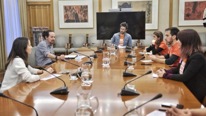 Pablo Iglesias y Ione Belarra, junto a representantes del Sindicato de Inquilinos.