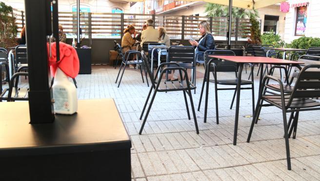 Una botella de desinfectante en una terraza de un bar de Tortosa (Tarragona), el 6 de octubre de 2020.