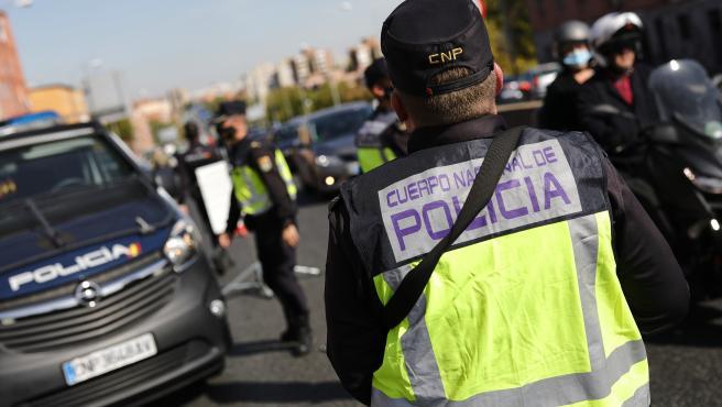 Agentes de la Policía Nacional desplegados en Madrid en los controles por el estado de alarma por la Covid-19.