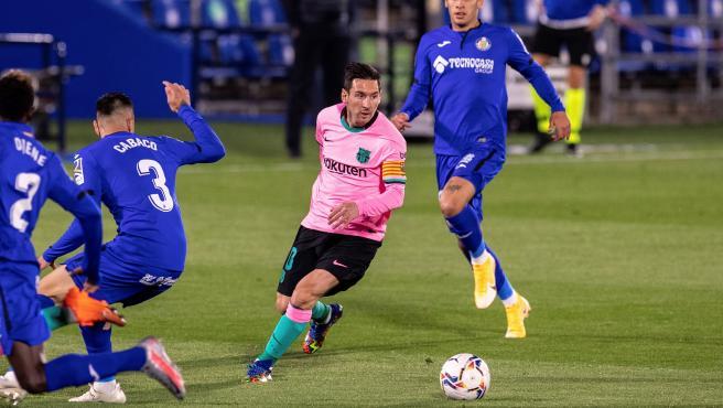 Messi persigue el balón durante el partido ante el Getafe.