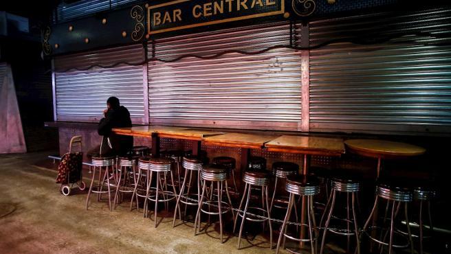 Aspecto de un establecimiento en el Mercado de la Boquería de Barcelona tras el cierre de bares y restaurantes.