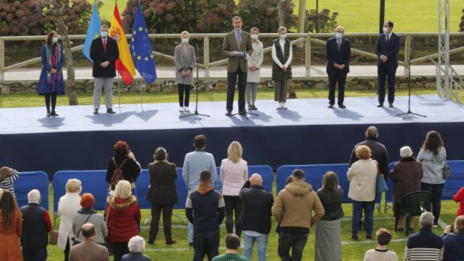 El Rey Felipe VI pronuncia su discurso durante el acto de entrega del Premio al Pueblo Ejemplar a la parroquia praviana de Somao.