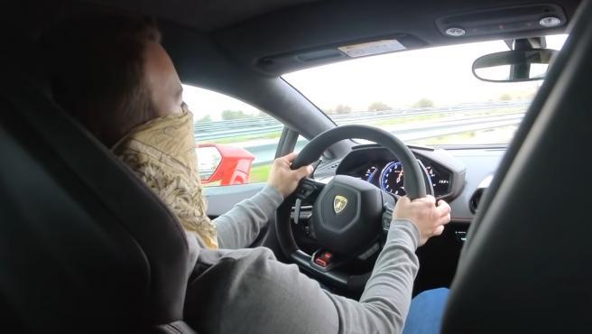 El youtuber conduciendo un Lamborghini Huracan.