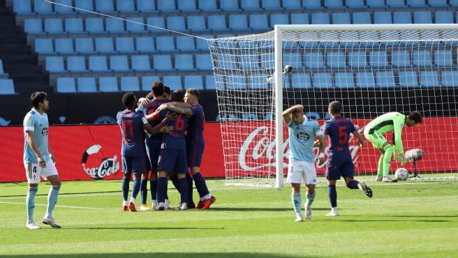 Los jugadores del Atlético celebran el gol de Luis Suárez al Celta