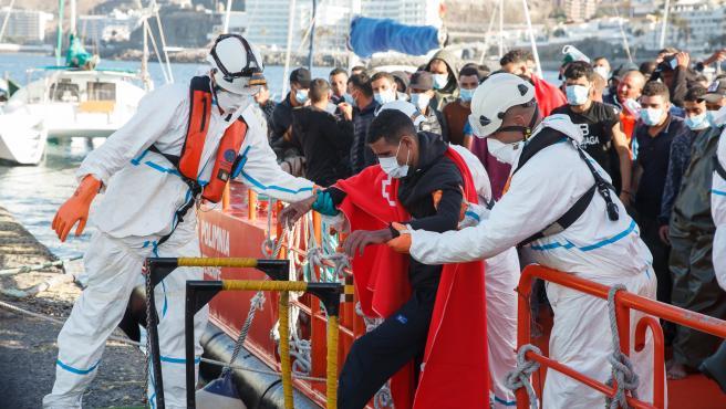 Imagen de archivo de trabajadores de Cruz Roja ayudan en el Muelle a trasladar a migrantes que han interceptado en aguas canarias