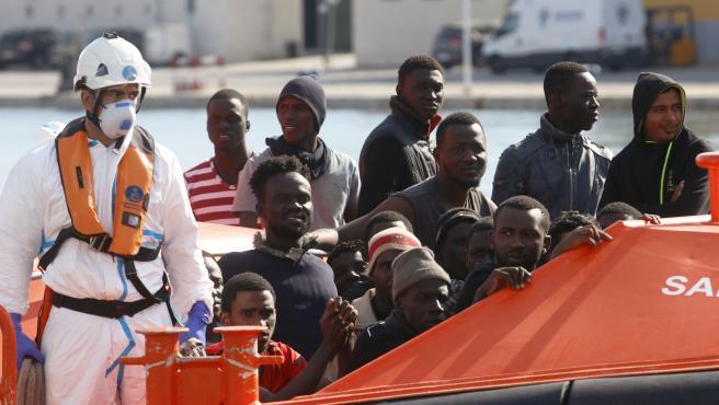 MLG 29-10-2019.-Llegada a puerto de la capital 75 personas entre ellas un menor de edad, donde han sido rescatadas por Salvamento Marítimo, cuando navegaban a la deriva en una patera.-ÁLEX ZEA.