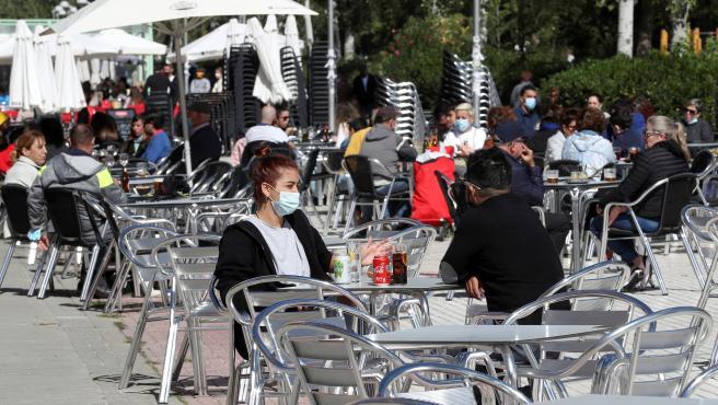 Dos personas en una terraza en un bar de Aluche (Madrid).