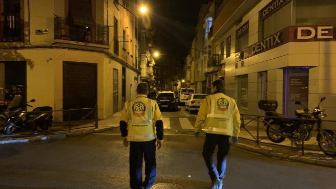 Efectivos de Emergencias en la calle Mariano Vela, distrito de Usera, donde un joven de 32 años ha muerto apuñalado.