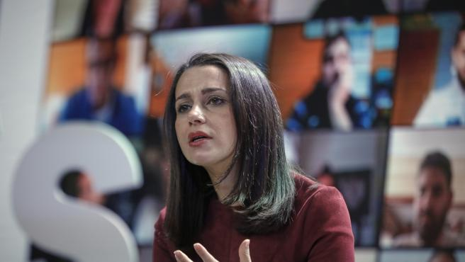 La presidenta de Ciudadanos, Inés Arrimadas, interviene durante un encuentro con afiliados del partido.