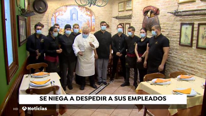Antonio Cosmen, en el centro, con los empleados de la Cruz Blanca.
