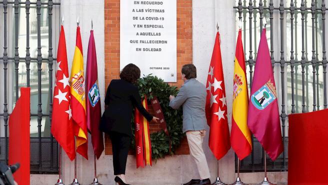 La presidenta regional Isabel Díaz Ayuso y el alcalde de la capital, José Luis Martínez-Almeida, durante el homenaje que la Comunidad de Madrid rinde este domingo, con un minuto de silencio y una ofrenda floral y musical, a las víctimas de la Covid-19.
