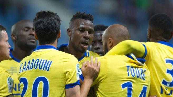 El jugador del Sochaux, rodeado por sus compañeros.