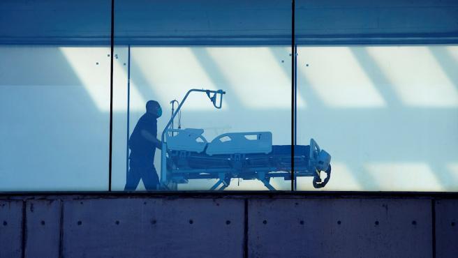 Un celador transporta una camilla en el hospital de Bellvitge, en Barcelona.