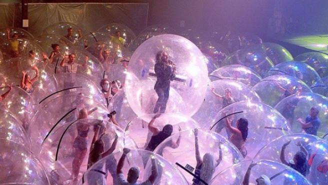 El concierto del futuro? The Flaming Lips y sus fans, en burbujas de  plástico