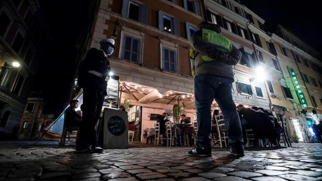 Agentes de policía vigilan a turistas y ciudadanos en Roma (Italia).