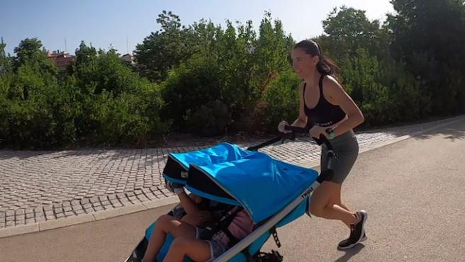 Morillo corre con sus hijos montados en un carro doble.