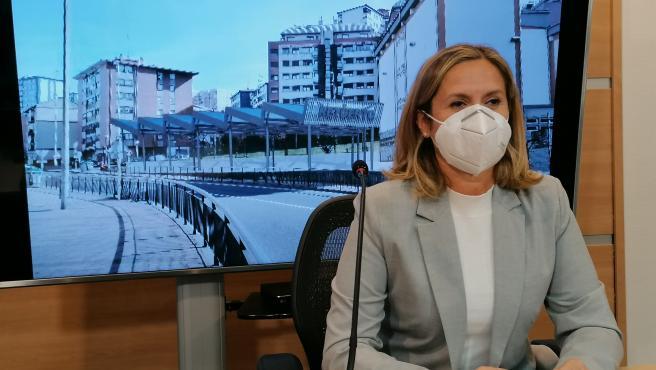 La alcaldesa de Barakaldo, Amaia del Campo, presenta la cubierta proyectada junto a la Casa de Cultura de Retuerto.