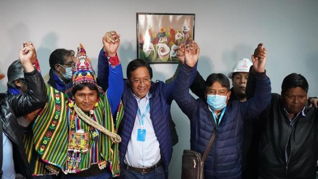 Los miembros del Movimiento al Socialismo (MAS) celebrando la victoria electoral.