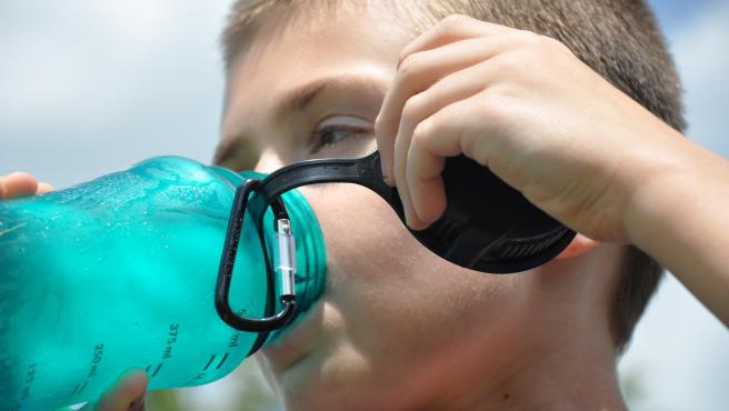 Al igual que los ancianos, los niños son más propensos a la deshidratación.