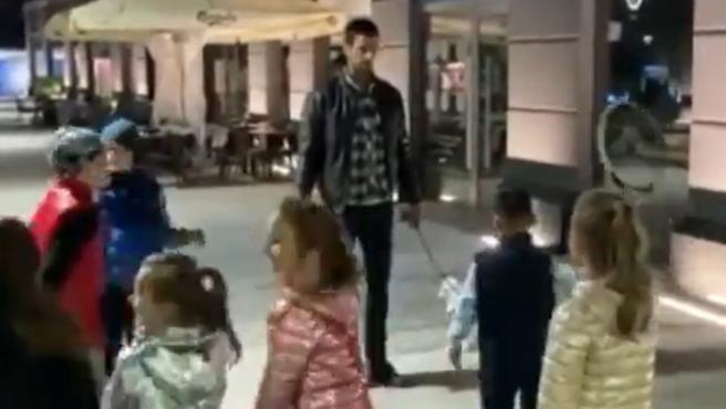 Novak Djokovic, con unos niños