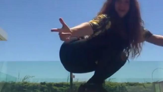 Shakira, en uno de sus vídeos haciendo skate.