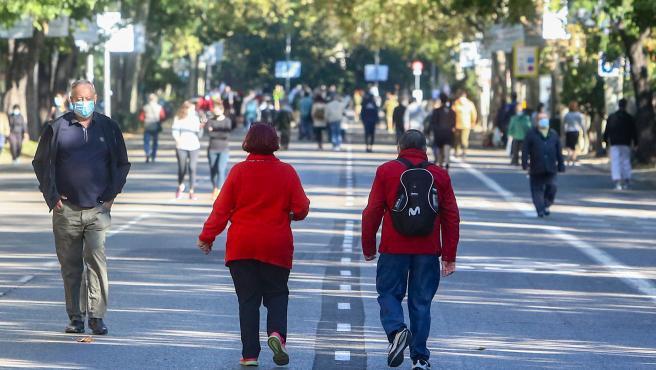 Transeúntes pasean por el Paseo del Prado