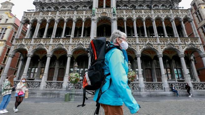 Una mujer con mascarilla por la pandemia del coronavirus, en la Grand Place de Bruselas, Bélgica.