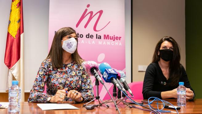 La directora del Instituto de la Mujer, Pilar Callado y la directa de la Cátedra de Género, Isabel Muñoz.