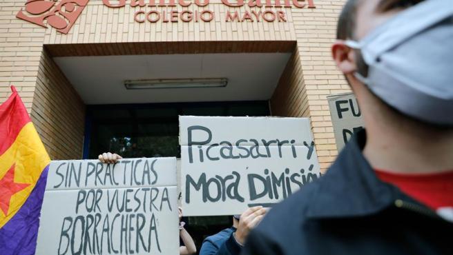"""La organización """"Estudiantes en lucha"""" celebra una concentración frente al colegio mayor Galileo Galilei de València."""