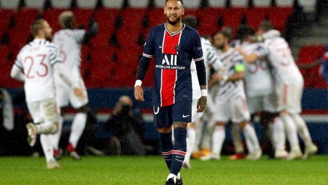 Neymar, frustrado ante el gol de la victoria del United.