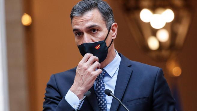 El presidente del Gobierno, Pedro Sánchez, en rueda de prensa desde Italia.