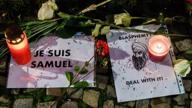 Velas en recuerdo a Samuel Paty, el profesor decapitado en París.