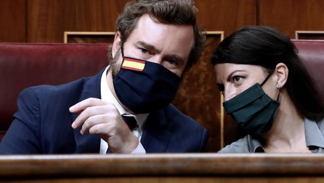 Los diputados de Vox, Iván Espinosa de los Monteros y Macarena Olona, durante la intervención de su compañero Ignacio Garriga, en el Congreso.