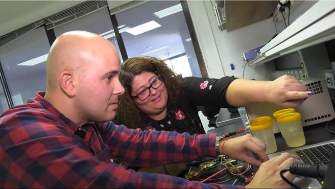 Imagen de Natalia Arteaga y Enrique Villa, ingenieros de IACTEC, durante la caracterización del radiómetro en el Laboratorio de Electrónica del IAC