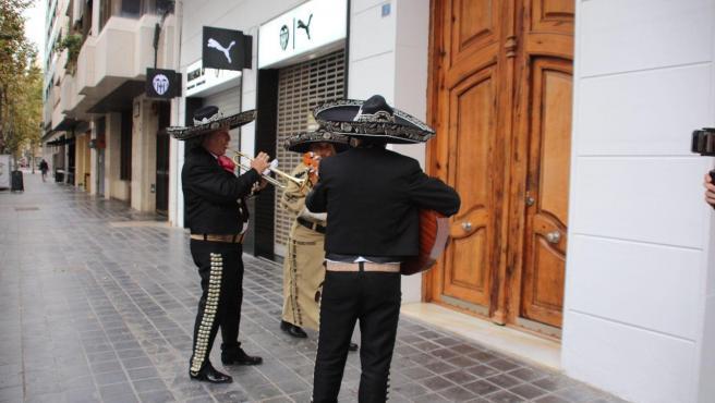 Mariachis esperando a Anil Murthy