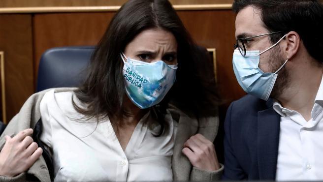 La ministra de Igualdad, Irene Montero (i) y el de Consumo, Alberto Garzón (d) conversan durante la moción de censura presentada por Vox, en el Congreso de los Diputados.