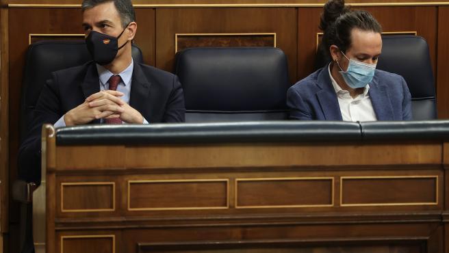 Pedro Sánchez y Pablo Iglesias, durante el debate de la moción de censura.