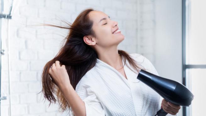 Este secador ayuda a eliminar la humedad exterior al tiempo que humecta el interior del pelo.
