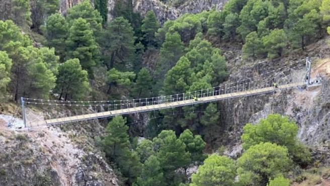 Puente colgante de El Saltillo, sobre el río Almanchares, en Canillas de Aceituno, uno de los tres más grandes de España en espacios naturales