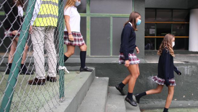 Alumnos caminan por el patio del colegio SEK Ciudalcampo, en San Sebastián de los Reyes, Madrid (España)