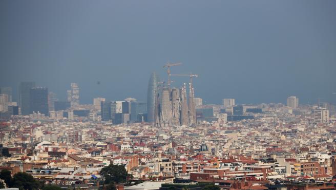 Barcelona con niebla por la contaminación el 1 de julio de 2019.