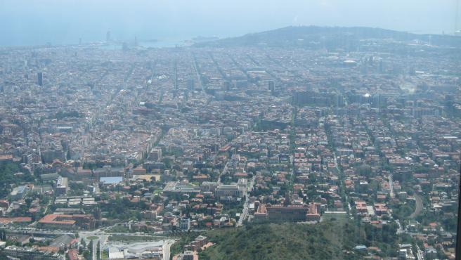 Vista de la ciudad de Barcelona desde la sierra de Collserola, en un día de alta contaminación.