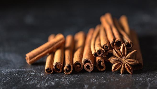 Se suele utilizar como condimento o acompañando dulces, pero abusar de ella puede tener efectos nocivos para la salud. Uno de sus compuestos es la cumarina, que puede dañar el hígado y que es tóxico.