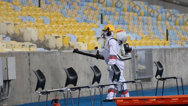 Un empleado realiza labores de desinfección por la pandemia del coronavirus en el estadio Maracaná, en Río de Janeiro (Brasil), antes del partido de la Copa Libertadores entre Flamengo y Atlético Junior.