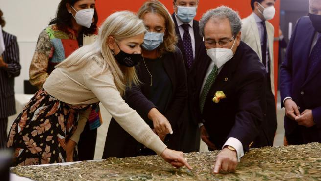 Del Pozo y Fernández Cabrero contemplan el manto de la Macarena en la sede del IAPH
